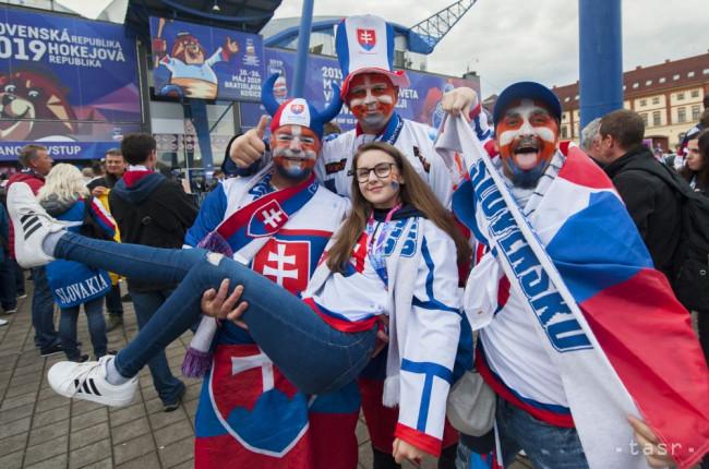 21a1e1cb47195 Na snímke slovenskí fanúšikovia pózujú pred zápasom základnej A-skupiny USA  - Slovensko na 83. majstrovstvách sveta v ľadovom hokeji v Košiciach 10.  mája ...